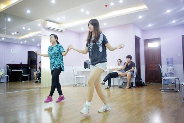 Từng có 4 năm làm thực tập sinh trong một công ty giải trí của Hàn Quốc, vì vậy Hari Won không gặp nhiều khó khăn khi tập những động tác vũ đạo khó.