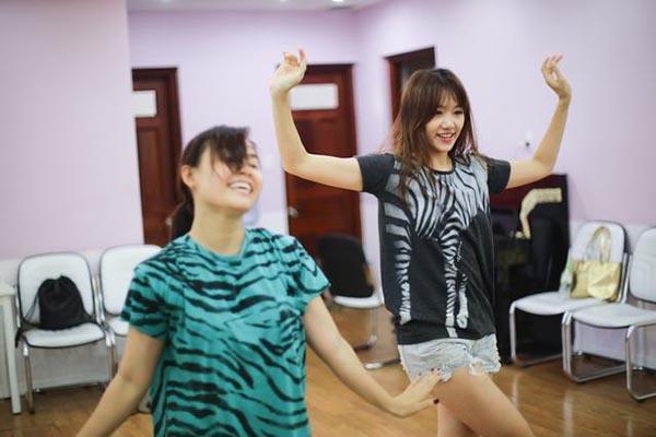 Ngoài thời gian đi học, hiện tại Hari Won rất chăm chỉ đến phòng tập vũ đạo để tập luyện với huấn luyện viên riêng.
