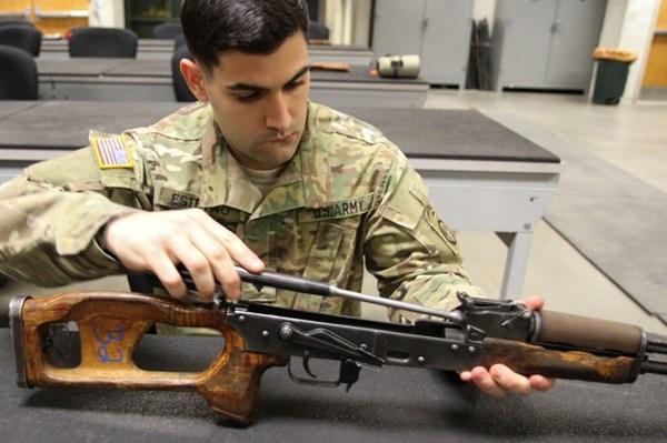 Vừa qua, truyền thông Mỹ cho công bố hình ảnh về một trung tâm đào tạo lục quân Mỹ đang thực hiện khóa đào tạo cho lực lượng nhảy dù làm quen và sử dụng súng tiểu liên AK-47 của Nga.