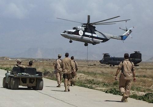 Mi-26 vận chuyển một chiếc trực thăng vận tải CH-47 Chinook của Mỹ