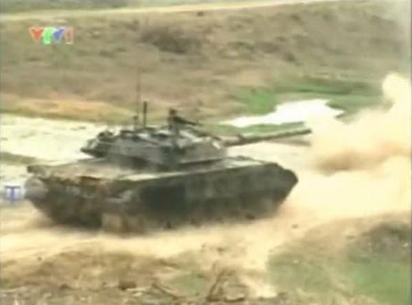 Xe tăng T-55M3 của Việt Nam bắn nghiệm thu pháo 105 mm. Ảnh chụp màn hình chương trình Quân đội nhân dân.