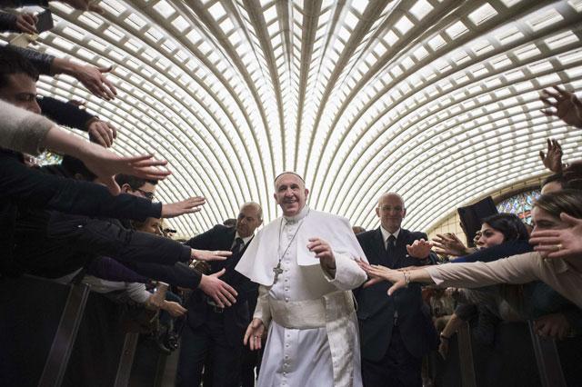 Lối sống giản dị khiến Giáo hoàng Francis được rất nhiều người yêu kính (Ảnh: AP)