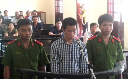 Bị cáo Nguyễn Văn Vũ Linh (đứng giữa) đang nghe Hội đồng xét xử tuyên án (Ảnh: Báo Đồng Tháp)