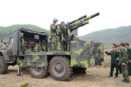 Bộ đội Lữ đoàn Pháo binh 382, Quân khu 1 huấn luyện sử dụng tổ hợp pháo 105mm tích hợp trên xe Ural-375Đ.