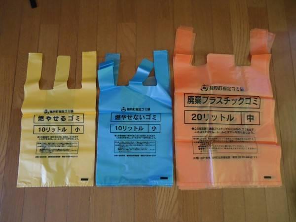 Túi rác được mua trong siêu thị có các màu riêng để phân loại rác