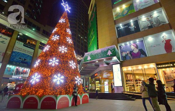 Cây thông Noel tại trung tâm thương mại Vincom Bà Triệu lại khoác một màu áo vàng cam ấm áp, và điểm xuyết trên thân cây là những bông tuyết trắng nổi bật.