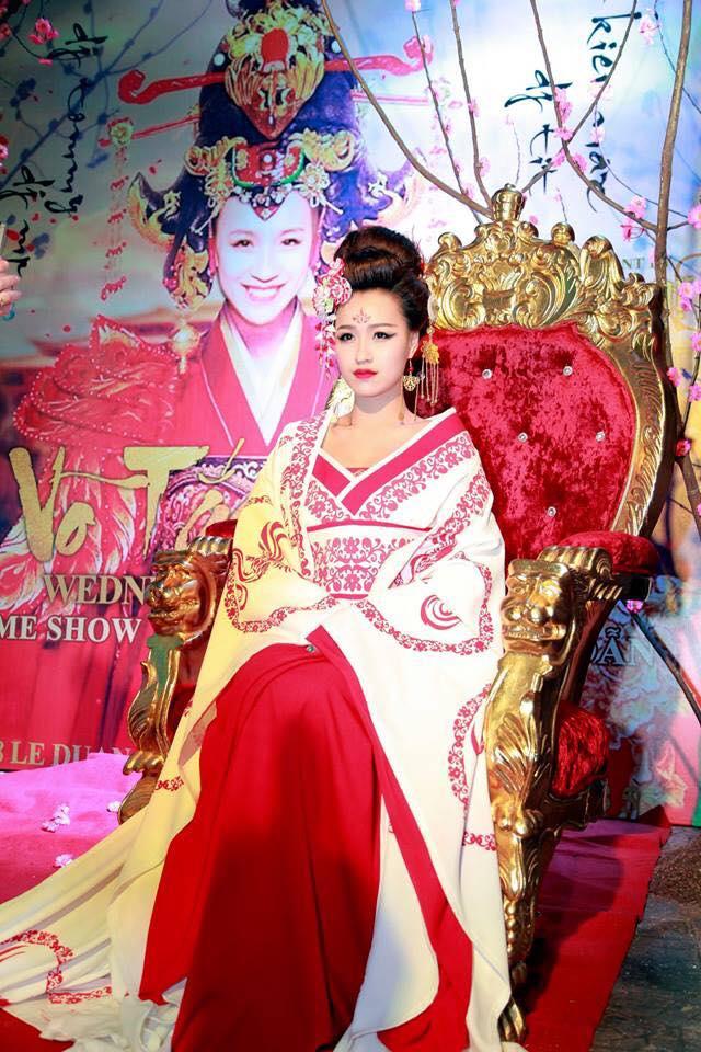 DJ Tít trong tạo hình nàng Võ Tắc Thiên xinh đẹp và quyền lực.
