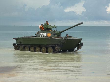 Xe tăng bơi K63-85 thuộc lực lượng Hải quân đánh bộ (Vùng 4 Hải quân) diễn tập.