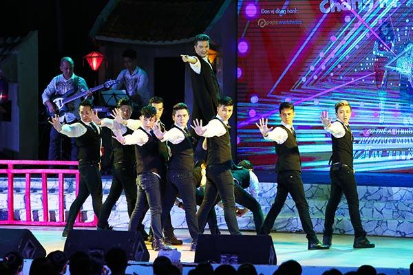 Song song với các tiểu phẩm kết hợp, liveshow Trường Giang còn có nhiều tiết mục đặc sắc do các ca sĩ nổi tiếng như: Mr Đàm, Cẩm Ly, Giang Hồng Ngọc... biểu diễn.