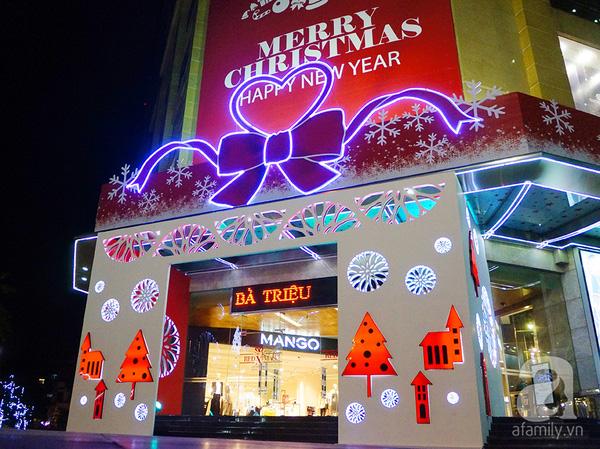 Khu vực cổng chào của Vincom Bà Triệu bắt mắt với những họa tiết trang trí mang đậm không khí của ngày lễ Noel.