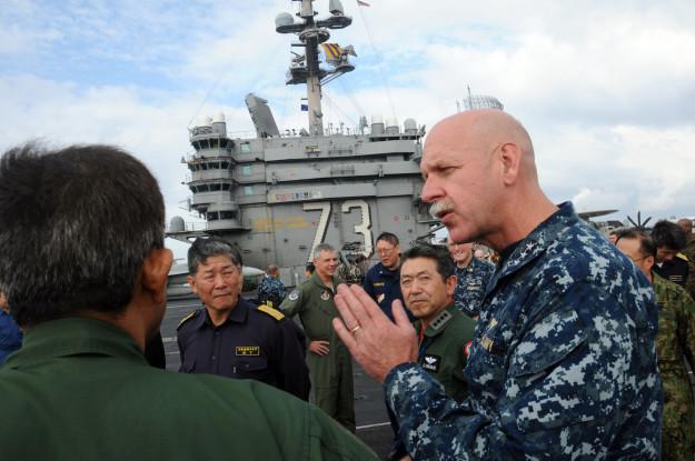 Đô đốc Swift chỉ đạo tập trận. Ảnh: Reuters