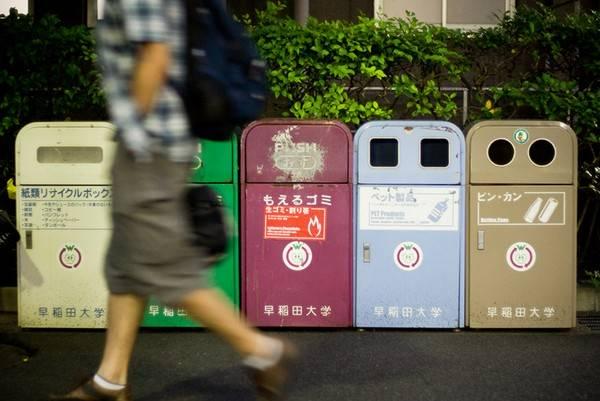 Thùng rác là một vật tương đối hiếm trên đường phố Nhật Bản