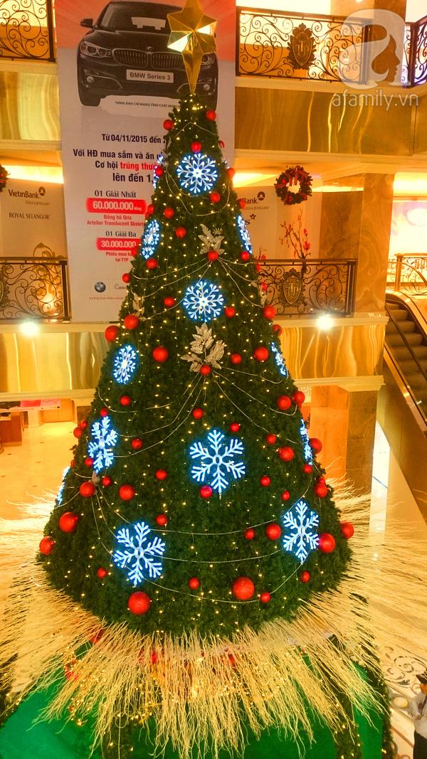 Nằm ở trung tâm sảnh chính của TTTM này, cây thông Noel trở nên lung linh giữa không gian sang trọng.