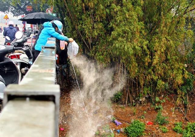 Ngoài cá, thì bất kể thứ gì vứt được là người dân tống xuống dong sông đã vô cùng ô nhiễm này.