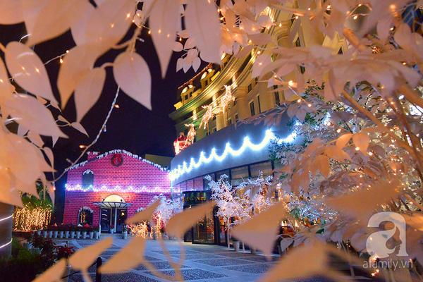 Không quá phô trương ồn ào, nhưng sảnh trước của khách sạn Hilton Hà Nội Opera mang vẻ đẹp đơn giản mà sang trọng. Hàng cây trắng như được bao phủ bởi hàng ngàn bông tuyết nằm dọc bên lối đi, ông già Noel cùng đoàn tuần lộc đang vội vã rời đi sau khi tặng quà cho các cô, cậu nhóc trong ngôi nhà nhỏ nằm bên cạnh.