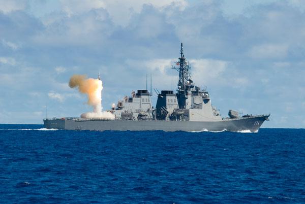 Tàu khu trục Aegis lớp Kongo phóng tên lửa đánh chặn SM-2. Khả năng kết nối dữ liệu cảm biến giữa các tàu chiến mang lại ưu thế chiến thuật rất lớn cho Nhật Bản.