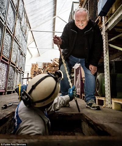 Nhóm của Karl-Heinz Kleine tìm kiếm kho báu bên dưới lòng đất phố Wuppertal. Ảnh: Funke Photo Services