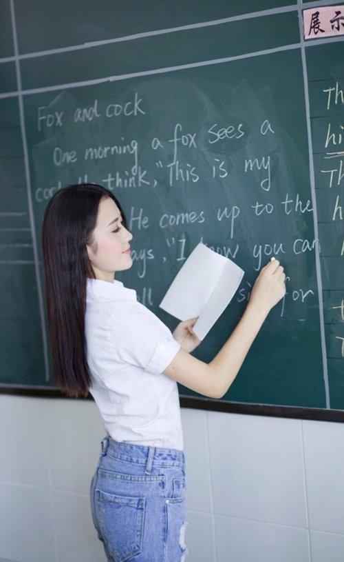 Những học sinh trong giờ của cô Đinh Đinh luôn nỗ lực học tập, chăm chú nghe giảng để gây chú ý với cô giáo xinh đẹpcủa mình.