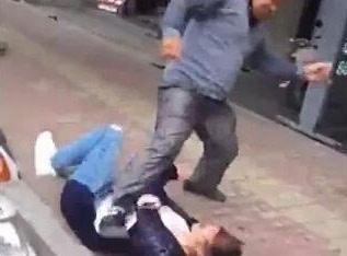 Người đàn ông không hề nhẹ tay, có vẻ như ông ta đang nổi điên với người phụ nữ này.