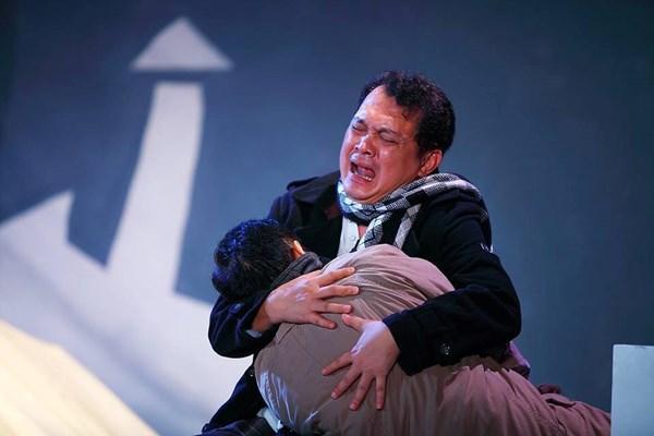 NSƯT Hữu Châu luôn sống cùng nhân vật của mình, khóc cùng nhân vật của mình trên sân khấu.