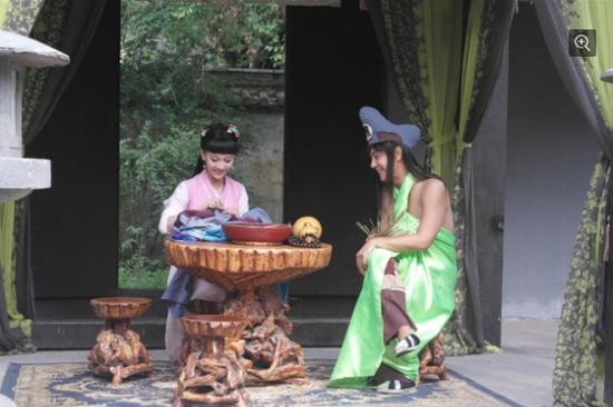 Trần Hạo Dân (trang phục xanh) hiện chủ yếu đóng phim hài.