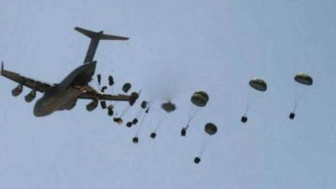 Các nguồn tin tại Iraq nói máy bay quân sự Mỹ lại vừa thả nhầm vũ khí xuống các khu vực do IS kiểm soát.