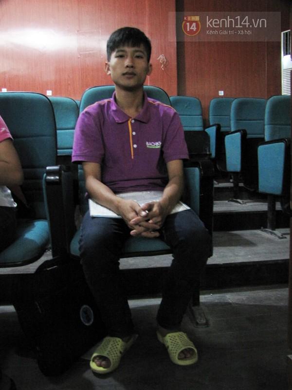 Thủ khoa ĐH Y Hà Nội đi dép tổ ong mẹ thưởng đến trường nhập học 3