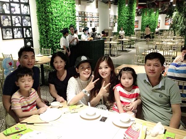 Chi Pu bên đại gia đình của mình.