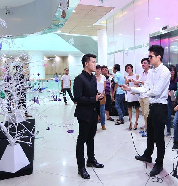 Sau buổi công chiếu MV, Hồ Trung Dũng dành thời gian trò chuyện thêm với giới truyền thông và chia sẻ kế hoạch sẽ ra mắt nhiều ca khúc tự sáng tác hơn trong năm 2016.