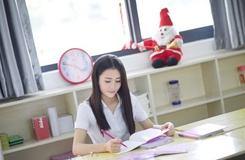 Ngoài giờ dạy học, Đinh Đinh thích nhất là luyện thư pháp.Theo cô giáo hot girl này, luyện thư pháp không những giúp rèn nét chữ mà còn giúp tâm thiền định.