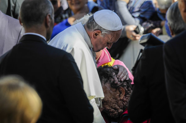 Giáo hoàng Francis hôn đầu một người đàn ông bị biến dạng khuôn mặt trên quảng trường Thánh Peter năm 2013 (Ảnh: AP)