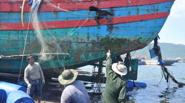 Tàu ĐNa-90152 với vết đâm chí mạng khiến tàu bị chìm và 10 ngư dân suýt bỏ mạng khi đánh cá tại vùng biển Hoàng Sa của Việt Nam - Ảnh: Tấn Vũ, chụp tháng 6-2014 khi trục vớt tàu