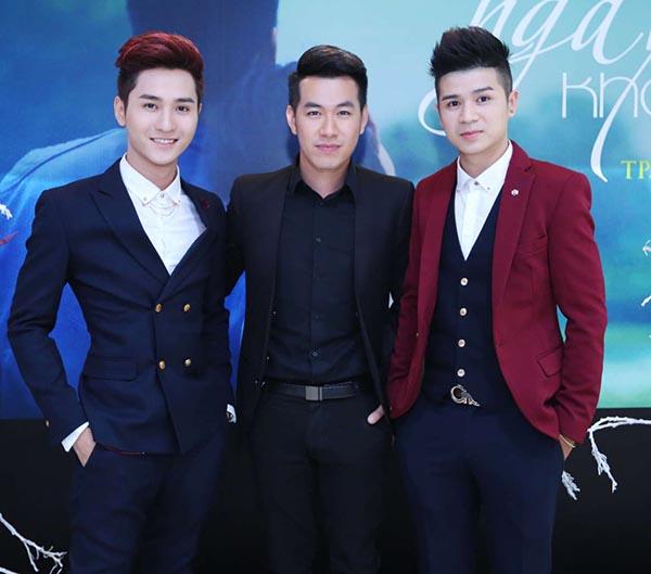 Hot boy, diễn viên trẻ Viết Ly cùng 1 người bạn đến chúc mừng đàn anh.