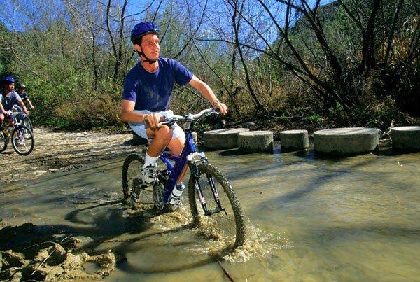 Dù bị mù nhưngDaniel Kish vẫncó thể chơi xe đạp leo núi mà chẳng hề bị tai nạn nào hết.