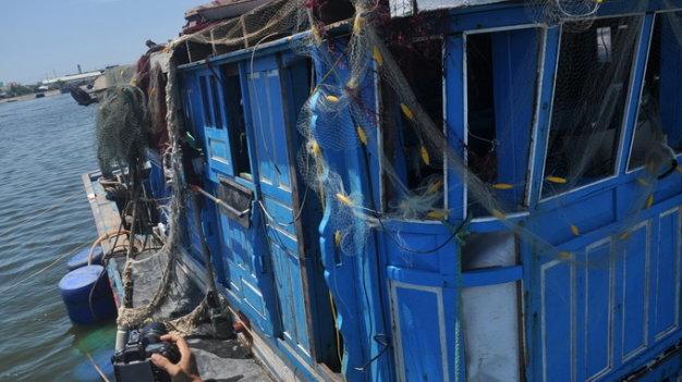 Phần cabin và cửa kính bị hư hỏng - Ảnh: Tấn Vũ, chụp khi trục vớt tàu tháng 6-2014