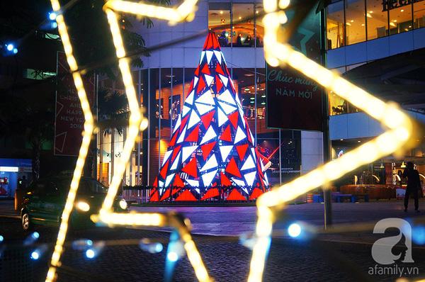 Được tạo nên bởi hàng trăm miếng ghép hình tam giác với hai tông màu chủ đạo là đỏ và trắng, tượng trưng cho hình ảnh chòm râu bạc và bộ quần áo đỏ đặc trưng của ông già Noel.