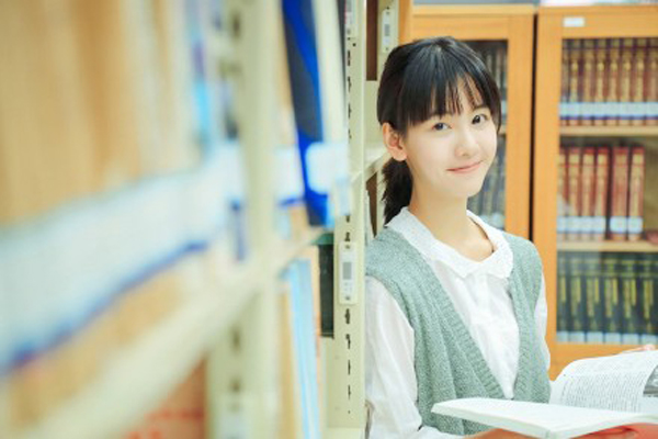 Những hình ảnh xinh đẹp trong thư viện trường của Trần Đô Linh.