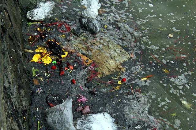 Bàn thờ, vàng mã, chân hương, bàn thờ... đều theo cá chép xuống sông