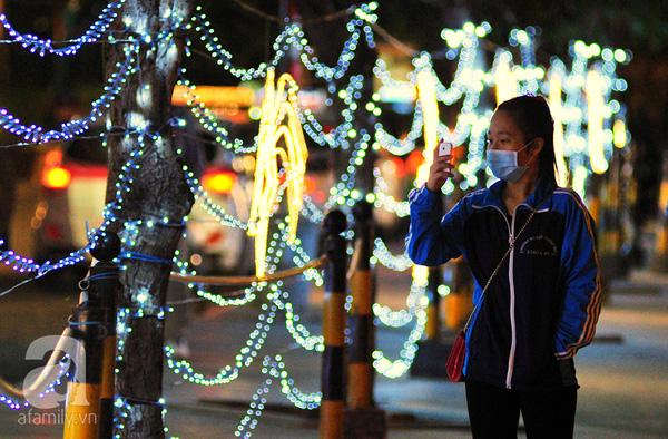 """Khánh Ly, SV năm 3 trường ĐH Thương Mại Hà Nội chia sẻ: """"Cuối tuần này em và vài người bạn sẽ lên kế hoạch đi một vòng quanh Hà Nội để chiêm ngưỡng hết những cây thông khổng lồ, và để tận hưởng không khí Giáng sinh ở Thủ đô."""""""