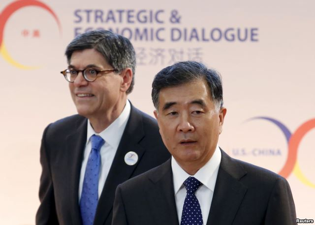 Bộ trưởng Tài chính Mỹ Jacob Lew (đeo kính) và Phó Thủ tướng Trung Quốc Uông Dương. Ảnh: Reuters
