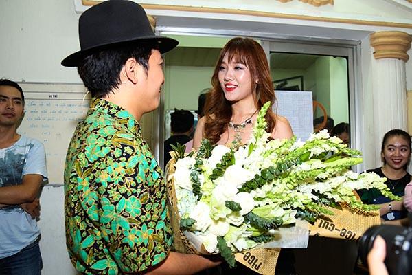 Đảm nhận vai trò MC, Hari Won cũng đến rất sớm để tặng hoa, gửi lời chúc cho Trường Giang. Khi bị đám đông ép hôn, Trường Giang từ chối và doạ Hari Won là có sự xuất hiện của bạn Tiến Đạt ở phía sau.