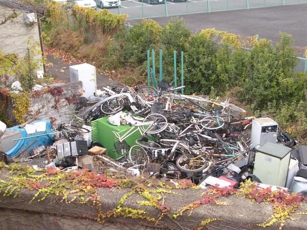 Rác ngoại cỡ sẽ không được thu gom tại Nhật. Nếu muốn vứt rác ngoại cỡ, bạn cần phải gọi cho các công ty xử lý rác và chịu mất một khoản phí kha khá.