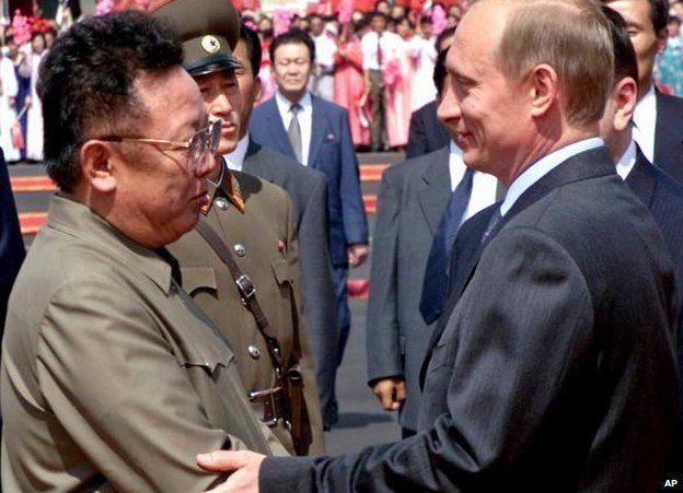 Tổng thống Nga Vladimir Putin (phải) được lãnh đạo Triều Tiên Kim Jong Il đón tiếp tại Bình Nhưỡng vào năm 2000. Ảnh: AP