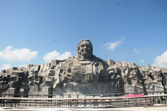 Nhiều ý kiến cho rằng số tiền hơn 411 tỉ đồng xây tượng đài ở tỉnh nghèo như Quảng Nam là lãng phí