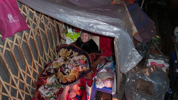 Bà Cúc nằm co ro trong cái lạnh. Nhiều người khuyên bà vào nhà họ để nghỉ tạm nhưng bà nhất định không đi.