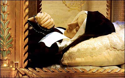 Di hài Thánh Bernadettevẫn nguyên vẹn.