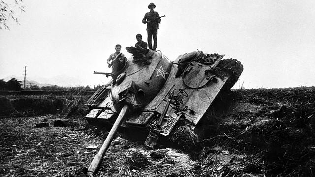 Xe tăng Trung Quốc bị quân và dân ta bắn hạ ở bản Sẩy, Hòa An, Cao Bằng lúc 8 giờ sáng 17/2.