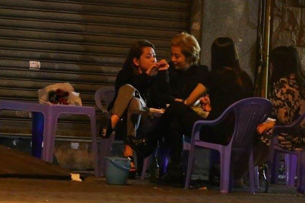 Trong dịp lễ 20/10 năm ngoái, Gil Lê còn bất ngờ mua hoa tặng Chi Pu khi 2 người đi ăn đêm cùng một vài người bạn.