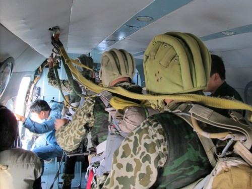 Các chiến sĩ đặc công dù trong một buổi luyện tập. Ảnh: Quân đội nhân dân