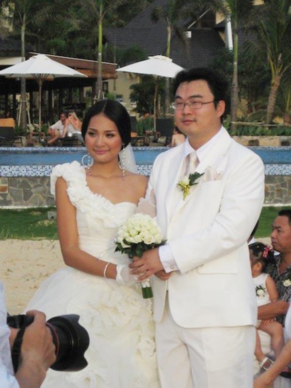 Hôn phu của Hương Giang tên thật là Liu Jia. Anh sinh ra ở Trung Quốc và làm việc tại Việt Nam với vai trò chuyên viên của một hãng hàng không.